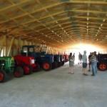 De første traktorer er på plads i den nye hal